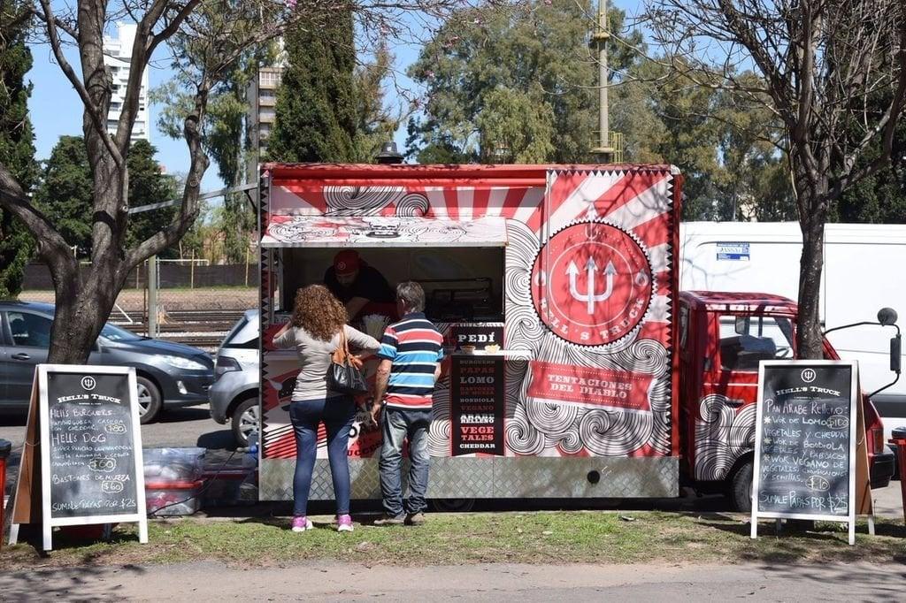 Para atrás. De las 12 licencias permanentes que el Municipio habilitó para operar camiones de comida en la ciudad, quedan en pie sólo siete. Foto:Archivo.